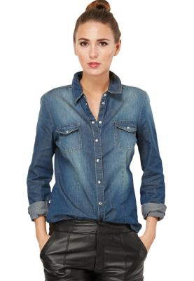You can easily dress this Bryan denim shirt by JACQUELINE DE YONG up or down for any occasion! Accessorize with colorful accessories for a unique look!