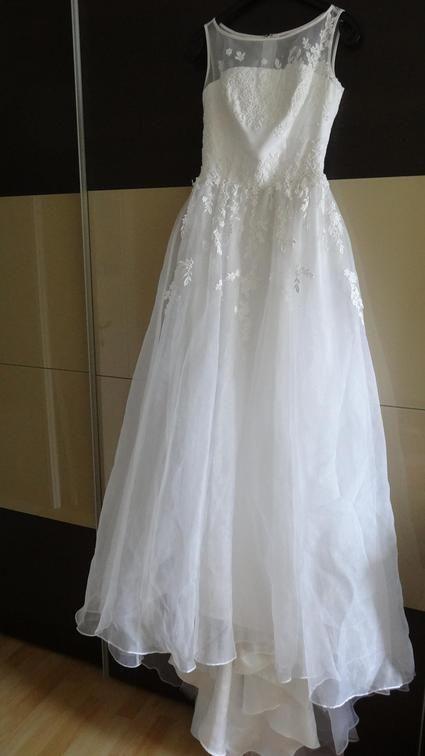 Je vous propose une magnifique robe de mariée neuve, importée du japon et de grande marque (watabe wedding) car elle est trop petite pour ma femme  Taille 34/36  N'hésitez pas à me contacter pour plus d'informations