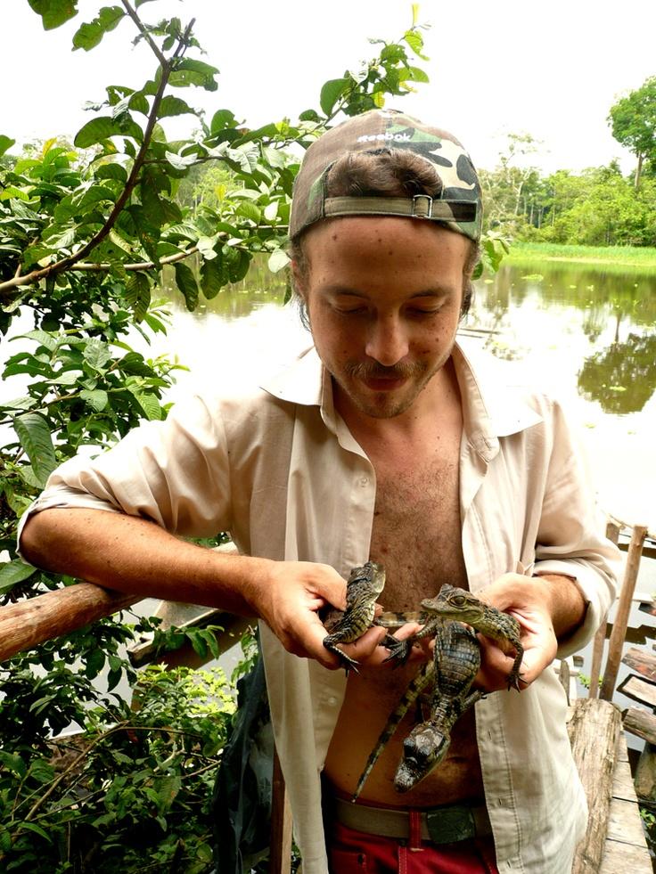 Sosteniendo a tres caimanes crías, durante el rodaje de VIDA. Foto por Fernac, año 2008.