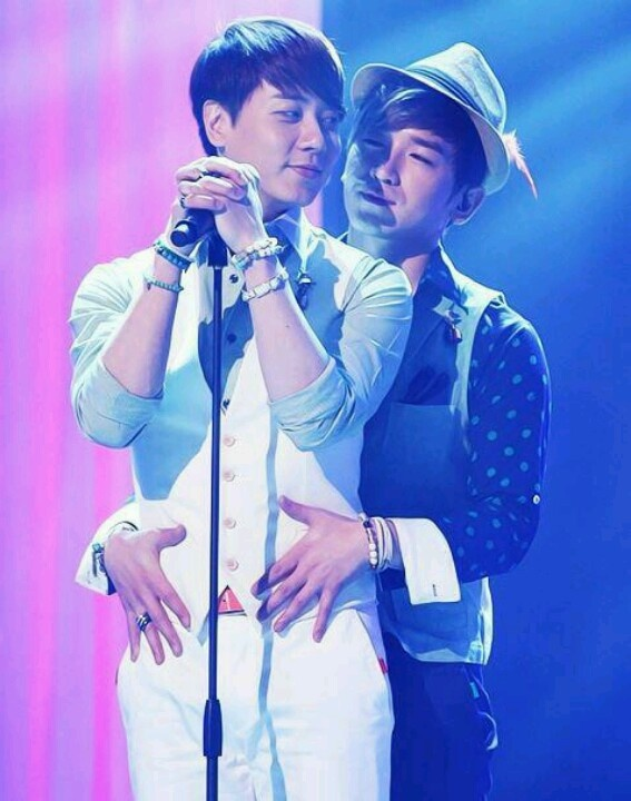 Shinhwa MinDy. Watch those hands Minwoo