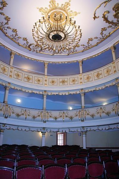 Teatrul din Oravita. Conceput in 1817 de Ion Niuni, acesta a fost primul teatru romanesc din tara. Sala mica, dar minunat decorata in stil rococo este de inspiratie vieneza.    Sursa Foto: http://turism.cjcs.ro/