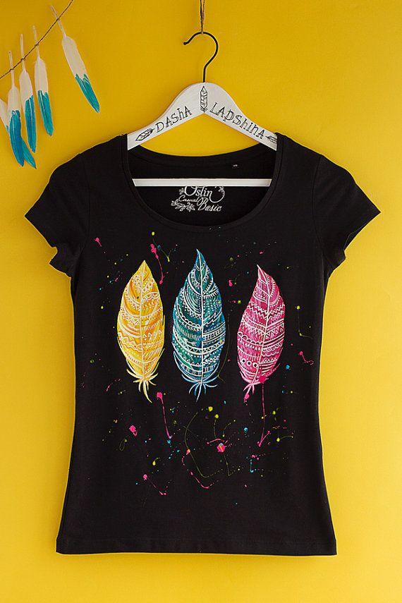 Pintados a mano blanco y colorida camiseta de mujer Boho: plumas de magia es una parte de mi nueva colección - espíritu salvaje. Es perfecto para