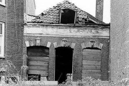 """Gepubliceerd 28 mei 1971 """"SPOKIE"""" BEZIT FORTUIN Bejaarde broer en zuster hadden overal in hun vervallen woning geld en juwelen verstopt  ROTTERDAM — De 76-jarige mevrouw Van der Ham kwam zondagmiddag om het leven bij een brand in haar huis aan de Noordsingel in Rotterdam."""