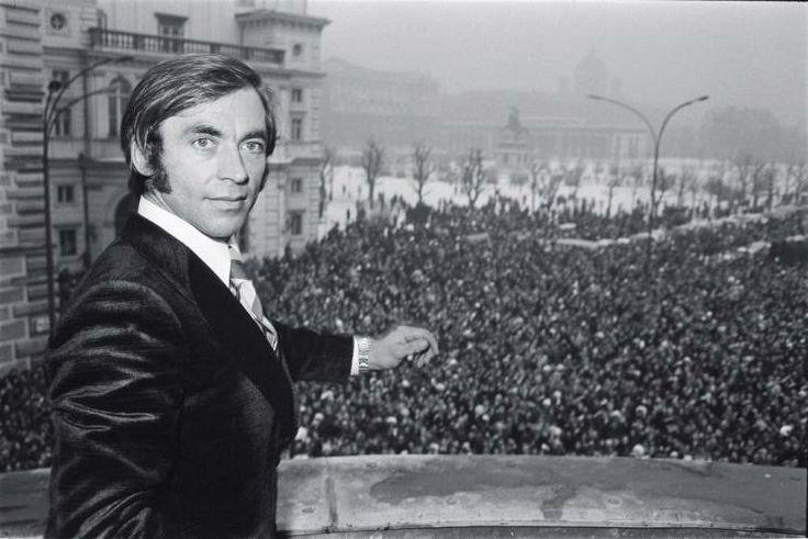 Karl Schranz wird 75: Hier sehen Sie ihn beim Empfang in Wien nach seinem Ausschluss von den Olympischen Spielen in Sapporo 1972. Die Massen jubeln Schranz zu, der auf dem Balkon des Bundeskanzleramtes steht. Mehr zur Person hier: http://www.nachrichten.at/nachrichten/meinung/menschen/Karl-Schranz-Der-alpine-Maertyrer;art111731,1241357 (Bild: APA)