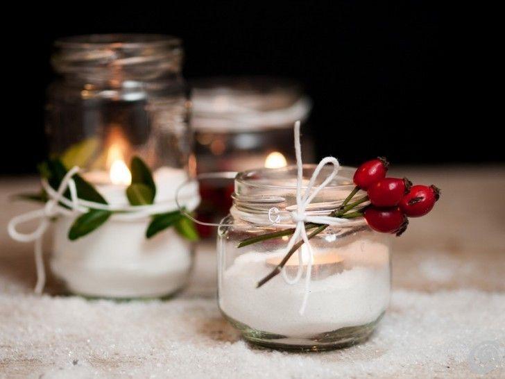 des photophores à faire soi-même en tant que déco de table pour Noël - bocaux remplis de sucre et bougies chauffe-plat, décorés de baies d'églantier et corde blanche