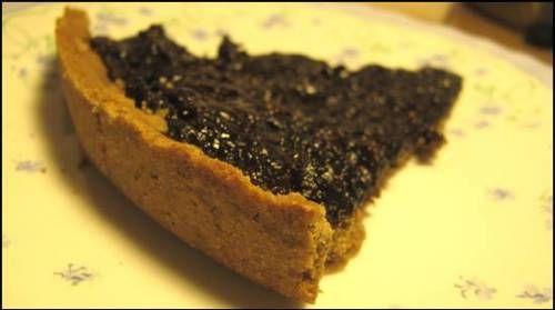 Pasta frolla di farina di castagne e di riso. Per torte friabili e senza glutine, dolcificanti e latticini. Farcita con composta di prugne secche.