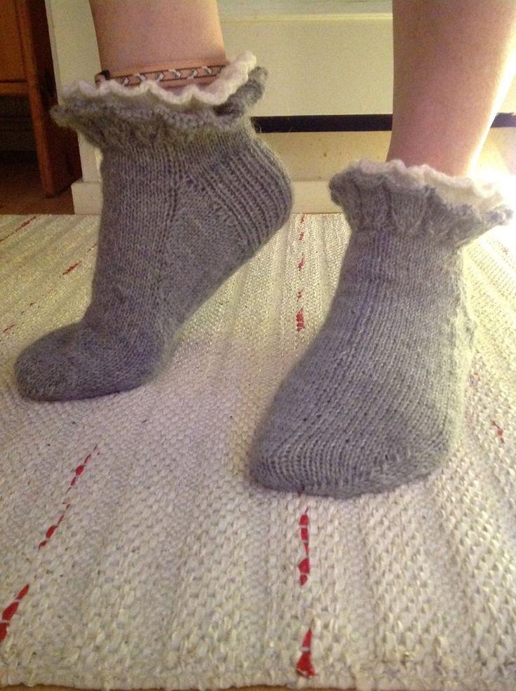 stickor 3, det går bäst med två 40 cm rundstickor , och du behöver strumpstickor Dessa sockor passar stl 36-38 , sticka längre fot om du önskar större stl.&nbs