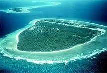 """14 – Atolón de bikini en las islas Marshall - El Atolón bikini es un atolón deshabitado de unos 6 km² -  Consta de 36 islas que bordean una laguna de unos 594,2 km². Bikini viene del marchalés """"Pik"""" que significa """"superficie"""" y """"Ni"""" que significa """"coco"""", """"Bikini"""" deriva de esas palabras. Es famoso por las pruebas nucleares que se llevaron a cabo en él. Como parte de los Territorios de Prueba del Océano Pacífico, fue un sitio donde se probaron bombas de hidrógeno y atómicas entre 1946 y 1958."""