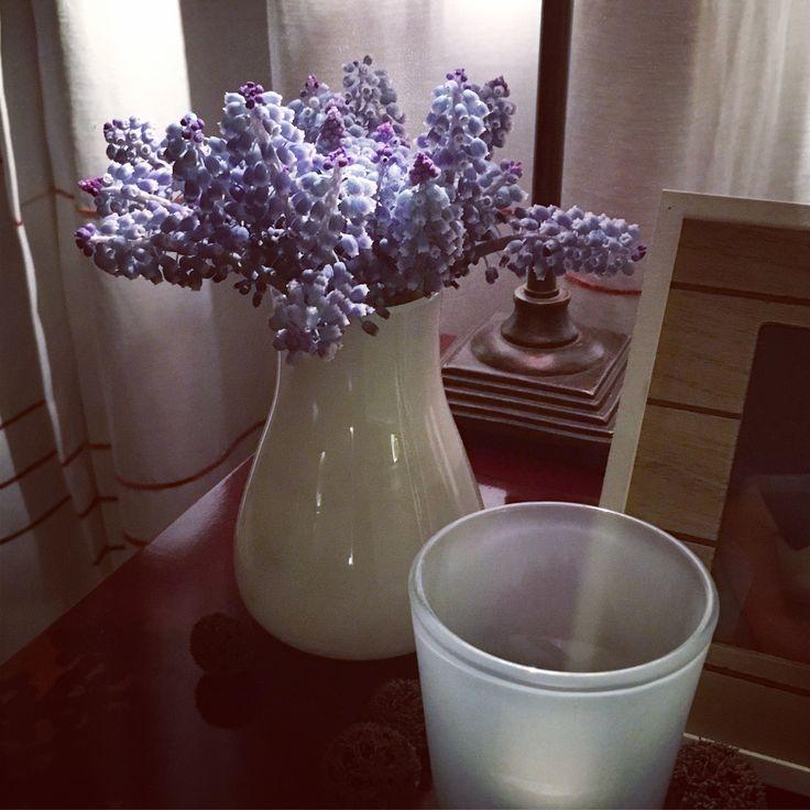 Livingroom homedecor with blue flowers and white glass ass. / woonkamer decoratie met blauwe druifjes en wit glaswerk in landelijke stijl