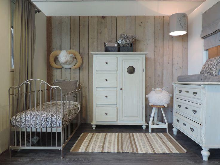 Rustieke babykamer met spekkast en bijpassende doorgeschuurde commode. www.nieuwedromen.nl
