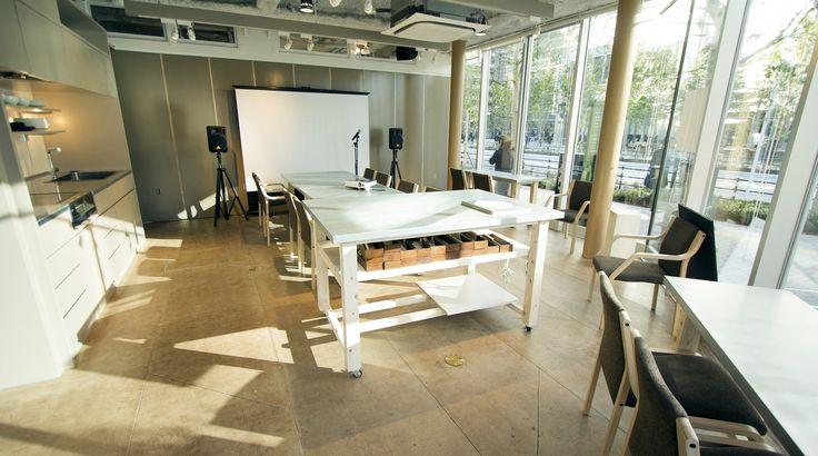 【大崎】開放感のあるキッチンつきカフェスペース。地域交流やビジネスコミュニケーションなどに。/ ROOM1 のカバー写真