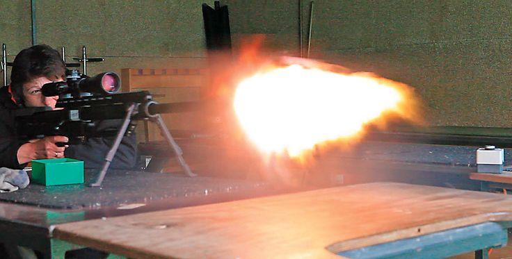 FORTMEIER M 2002  Scharfschützengewehr im Test - Erfahren Sie mehr: http://www.all4shooters.com/de/Artikel/Buechsen/Fortmeier-M2002-Grillmayer-VISIER-Test-Buechsen/  Die .375 SnypeTac im Schuss. Das große Mündungsfeuer zeigt, dass die innenballistischen Werte noch nicht optimal sind.
