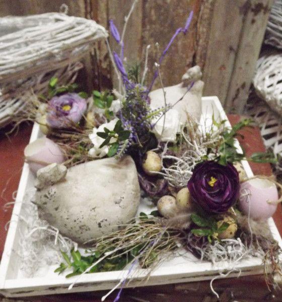 Osterdeko - Ostergesteck in Holzschale,lila-weiß,Ranunkel,Huhn - ein Designerstück von die-mit-den-blumen-tanzt bei DaWanda