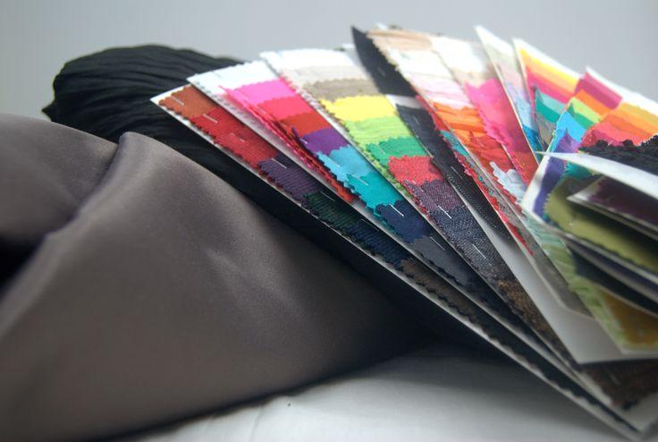 Próbniki i Wasze zamówienia.  Dziś na tablicę trafia zdjęcie na którym znajduje się tylko niewielka część Waszych zamówień.  Przedstawiam satynową bawełnę, inaczej też nazywaną jako Nevada, bawełnę kreszowaną oraz kilka próbników z wybranymi przez Was tkaninami.  A Ty? Czy lubisz nasze tkaniny i dzianiny?  Zapraszamy do naszego sklepu http://textilecity.pl/