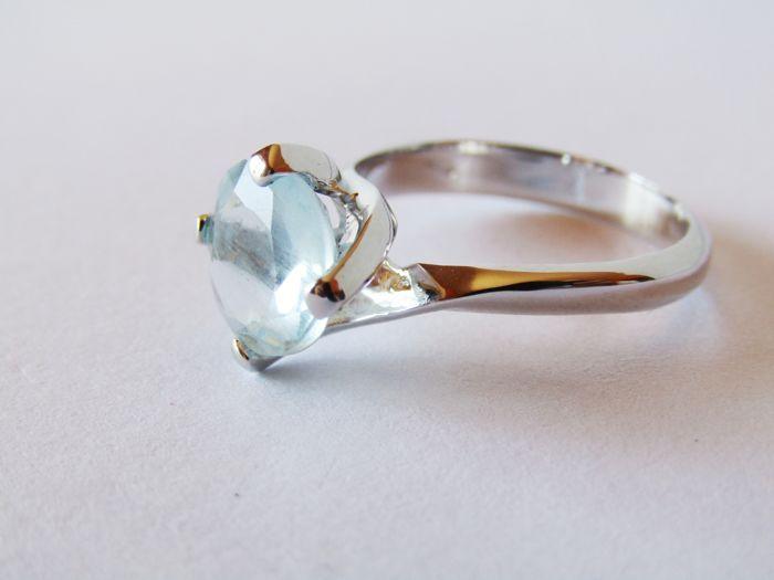 Solitair ring in 18 kt wit goud met een 240 ct Aquamarijn--Diameter: 17 mm  Solitair ring met Aquamarijn 240 ct.18 kt witgoud--Diameter: 17 mmGrootte: 254 mm  19.7 mm  11.2 mm--gewicht: 410 gMet de hand gemaakt in Italië.Aquamarijn functies:Rose cut--kleur: pale blue.Duidelijkheid: transparante VS--Lustre: glasvocht.De behandeling van het onbekende.Edelstenen zijn soms behandeld om hun helderheid of kleur te verbeteren.De edelstenen die betrokken zijn in dit opzicht niet getest.Nieuw item…