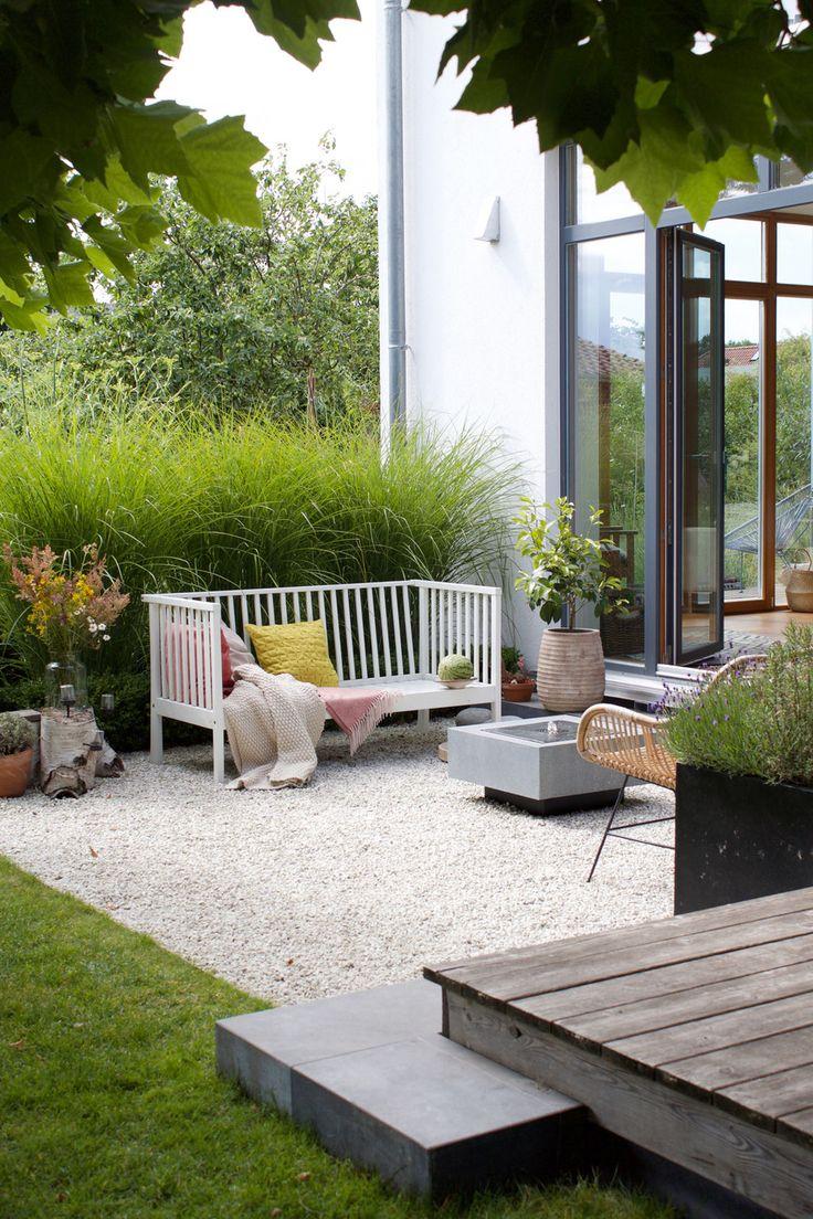 dieartigeBLOG – Gartenbank mit Kissen in Rosa und …