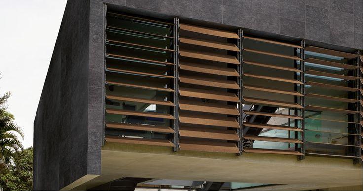 Elevate prestazioni e valorizzazione estetica degli edifici fanno sì che il gres fine porcellanato sia un materiale utilizzato sempre più spesso nella progettazione di facciate. #gresporcellanato #frangisole #KronosTecnica