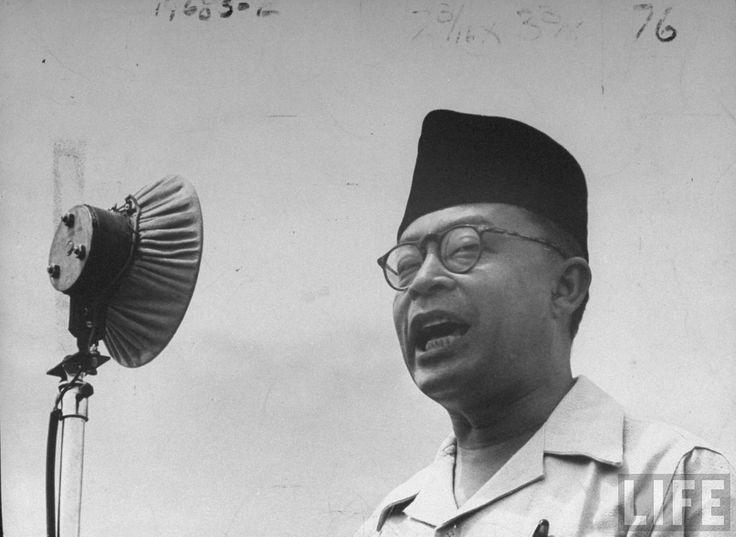 Mohammad Hatta berpidato di Madiun. (1946, foto: John Florea)