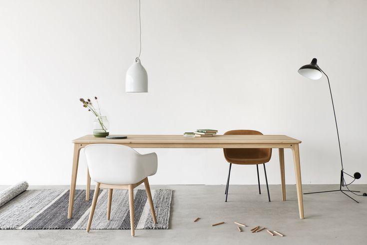 Maatwerk tafel Walden van Houtmerk heeft de vormentaal die we kennen van Deense klassiekers. Lichte houtsoorten, schuin geplaatste poten, een minimum aan materiaal en subtiele rondingen. www.houtmerk.nl/Maatwerk-Tafel-type-Walden