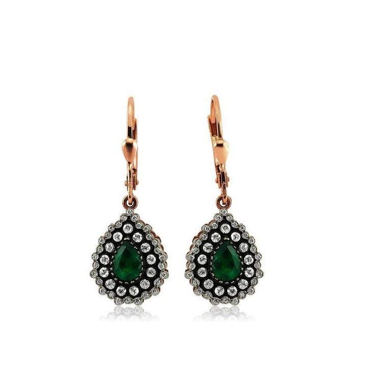 Cerceii LDE0063 sunt un cadou deosebit si o bijuterie clasica. Cu tortita din aur roz, realizati in forma de lacrima, cu un smarald central si o multitudine de diamante, cerceii LDE0063 cuceresc si prin combinatia de culori.   http://www.bijuteriilarosa.ro/bijuterii-cu-diamant/cercei/cercei-lde0063-1