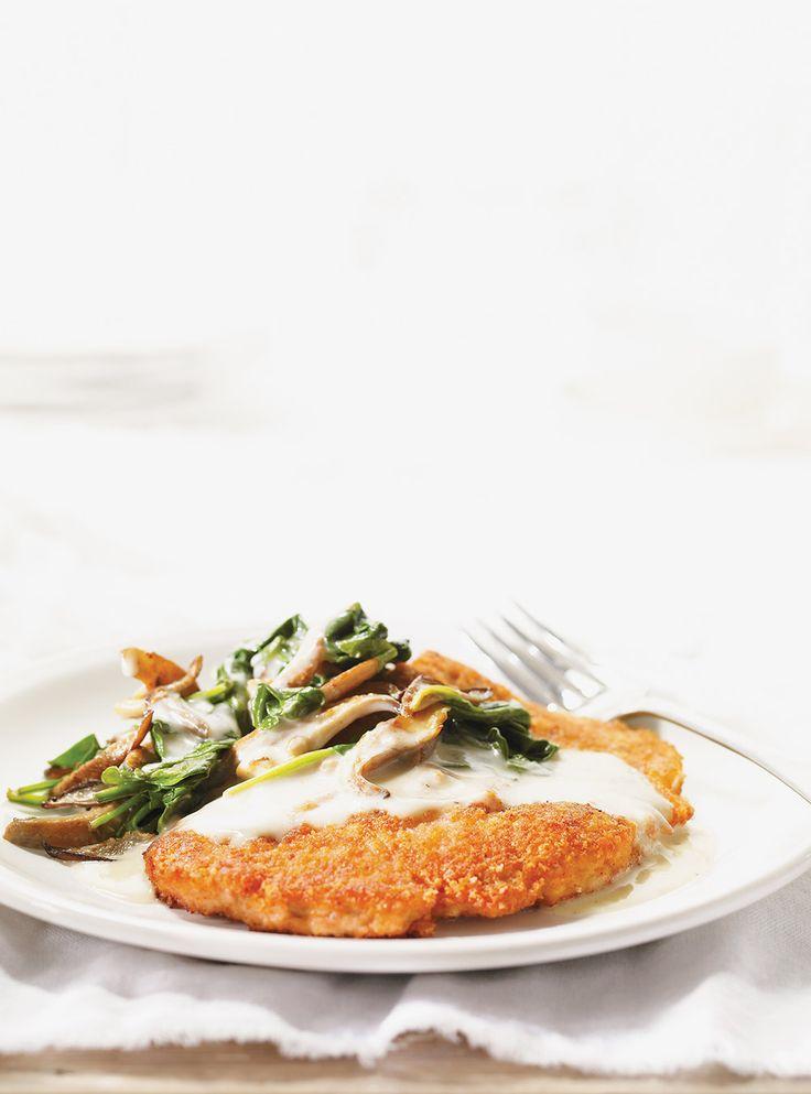 Recette de Ricardo : Escalopes de veau au parmesan, poêlée de champignons aux épinards et à la crème