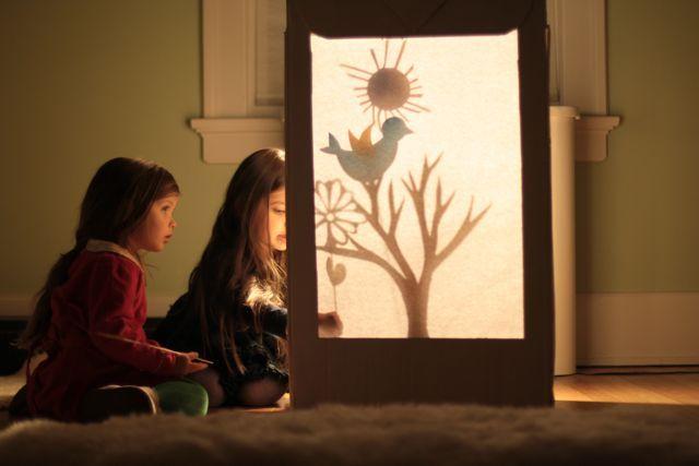 Teatro de sombras chinas con tutorial: http://www.kirstenrickert.com/2012/02/12/shadow-puppet-theatre/