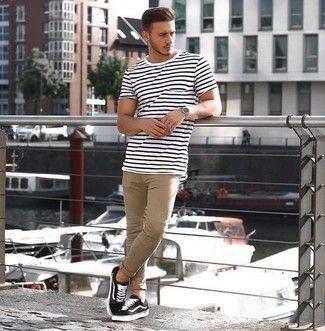 Look de moda: Camiseta con Cuello Circular de Rayas Horizontales en Blanco y Negro, Pantalón Chino en Beige, Tenis Negros, Reloj Plateado