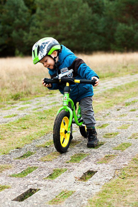 Während Noah testete, wie tief ein Loch sein muss, damit man mit dem Laufrad umfällt.