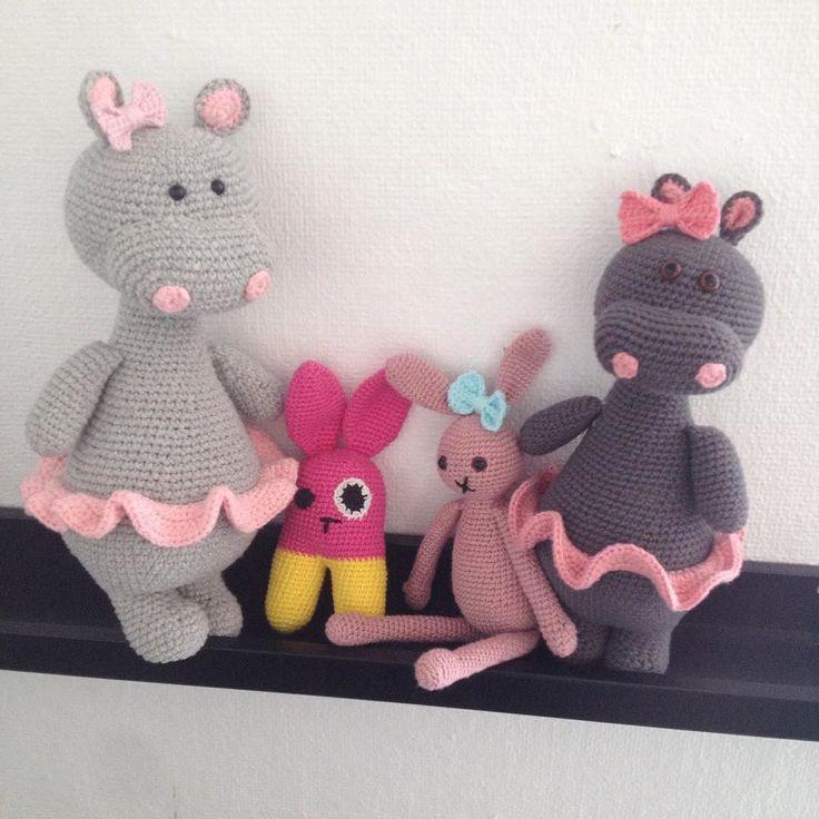 gitteshaekling En hyggelig lille flok.  Er blevet temmelig bidt af at hækle tøjdyr!!  #hækle #hæklet #hækling #haken #virka #hekle #hekledilla #häkeln #crochet #crocheting #crochetaddict #crochetinspiration #crochetlove #instacrochet #odaflodhoppe #hækletflodhest #littlehappycrochet #hækletkanin #bamse #tøjdyr #babylegetøj