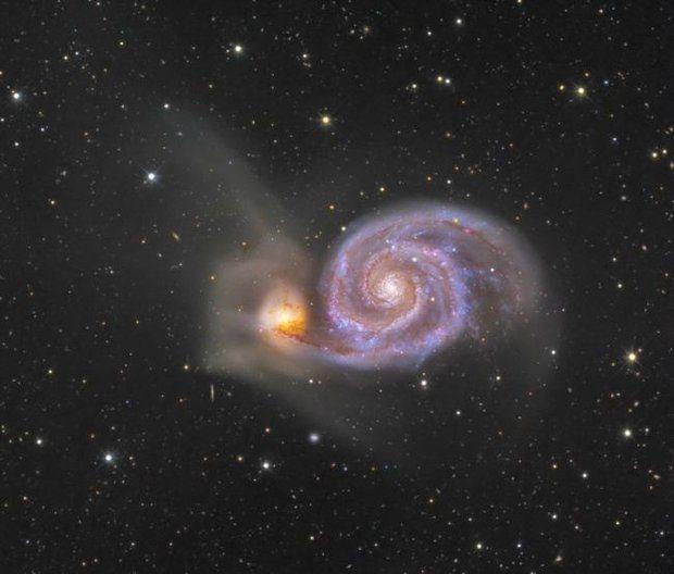 Известная как NGC 5194, эта большая галактика с хорошо развитой спиральной структурой, возможно, была первой обнаруженной спиральной туманностью. Хорошо видно, что ее спиральные рукава и пылевые полосы проходят перед галактикой-спутником — NGC 5195 (слева). Эта пара находится на расстоянии около 31 миллиона световых лет и официально принадлежит маленькому созвездию Гончих Псов.