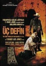 Üç Defin Türkçe Dublaj ve Altyazılı 720p izlemek için tıklayın : http://www.filmbilir.com/uc-defin-turkce-dublaj-ve-altyazili-720p-izle.html     Teksas'ta bir adam vurularak öldürülür. Ceset çölün içinde gizli bir yere çok çabuk şekilde gömülür. Ölen kişinin çok yakın dostu ve iş arkadaşı olan Pete Perkins, dostunun katilinin peşine düşer. Şüpelendiği kişi sınır devriyesi olam Mike'dir. Mike'yi kaçırarak dostunun cesedini, defnedildiği yerden çıkarttırır. Bunu yapmaktaki amacı, dostunun ist