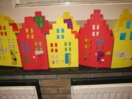 huizen maken. Ook leuk ipv dubbel, om ze voor het raam te zetten. Een stad bouwen voor de onderramen.