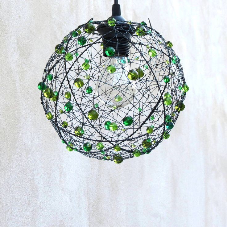 Zelená bambulka. Drátované stínidlo  Šperk pro váš domov. Stínítko, které nikdo nepřehlédne.  Lustr jsem vyrobila ze železného drátu a několika hrstí broušených perlí v různých odstínech zelené. Je lehce nepravidelný, tvarovaný z ruky. Jediný kus.  Lustr bude dodán s koupeným černým závěsem. Průměr stínidla měří cca 22 cm. Železné části mohou ve ...