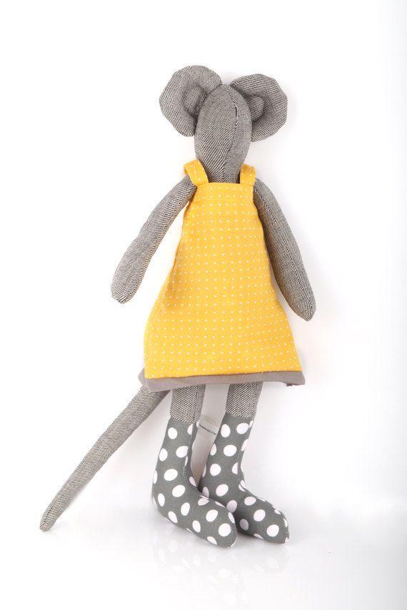 Dit Eco vriendelijke speelgoed - pluche ooak stad muis is onderdeel van: TIMO-HANDGEMAAKTE collectie; een kleine ontwerp lijn, allemaal handgemaakt. Genaaid met oog voor detail en een touch voor weefsel. Handgemaakte is, elk item een van een soort.  De poppen van de muis zijn moderne nog klassieke pluche minimalistische kunst poppen. Zij omvatten een muis stad en een land muis, onder anderen.  De poppen van de muizen komen in verschillende huidtinten en geslachten, en zijn kindvriendelijk…