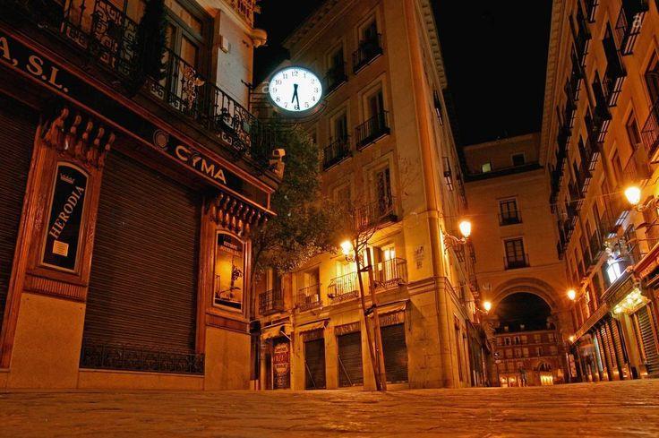 Relógio em uma rua de Madrid à noite.