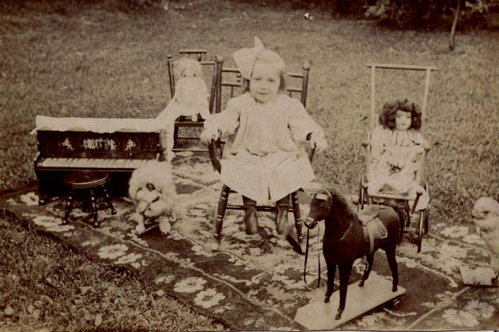 Girl with Toys and Schoenhut Toy Piano, circa 1905 (via Antique Toy Chest)