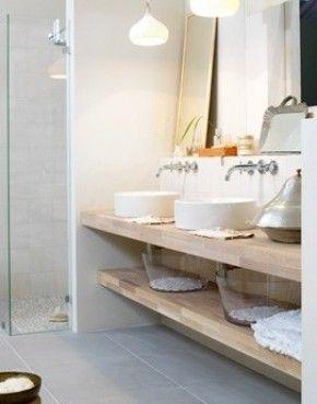 Mooie vloertegel in combinatie met hout. Ariadne badkamer 2009.