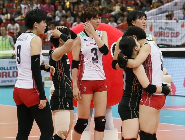バレーボールのワールドカップ(W杯)女子・中国戦で敗れて悔しがる木村沙織(左から3人目)ら日本チーム=名古屋市の日本ガ…
