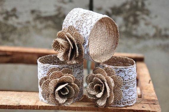 Arpillera y encajes servilleteros, cantidad de 75. La base del anillo es construida con arpillera de tejido apretado y artísticamente decorada con encaje y una arpillera color de rosa.