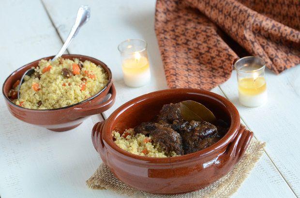 Марокканские говяжьи ребрышки с кускусом в мультиварке   Говяжьи ребрышки по-мароккански едва ли кого-то оставят равнодушным. Жители этой страны знают толк в приготовлении вкусного мяса. Делимся их секретами.   Ингредиенты:  Говяжьи ребрышки 1,3 кг Консервированные помидоры120 г Чеснок4 зубчика Курага1/2 чашки Оливки без косточек1/2 чашки Свежий имбирь1 ст. л. Тмин2 ч. л. Молотая корица1/2 ч. л. Сольпо вкусу Черный молотый перецпо вкусу Кускус1 чашка Кориандрдля подачи  Способ приготовления…