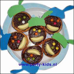 Zwarte pieten cakejes met chocolade pasta, smarties en snoepbanaantje