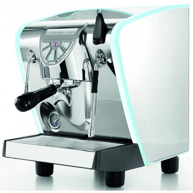 Nuova Simonelli Musica Lux espressomaskin. Espressomaskinene fra Nuova Simonelli holder så god kvalitet at de brukes til WBC - World Barista Championship.
