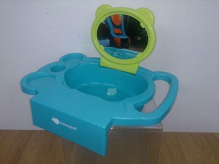 BABILAVABO de IMAGINARIUM. Lavabo para colocar en la bañera a la altura de los niños pequeños. Muy cómodo para enseñarles hábitos de aseo. Con sistema de soporte y ajuste para asegurar el lavabo sobre un lado de la bañera. Con espejo seguro abatible y tapón de desagüe. Incluye soporte para cepillos de dientes con orificios de drenaje, colgador de toalla y jabonera. Favorece la creación de hábitos de higiene. EN PERFECTO ESTADO.  P.V.P. 15 EUR. Disponible en miBEBÉrecicla, C/ Santuario nº3