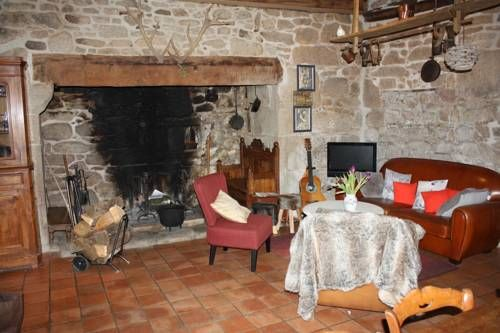 Cantal'Temps Rouffiac Featuring free WiFi and a restaurant, Cantal'Temps offers accommodation in Rouffiac, 50 km from Brive-la-Gaillarde. Free private parking is available on site.  For your comfort, you will find free toiletries and a hairdryer.