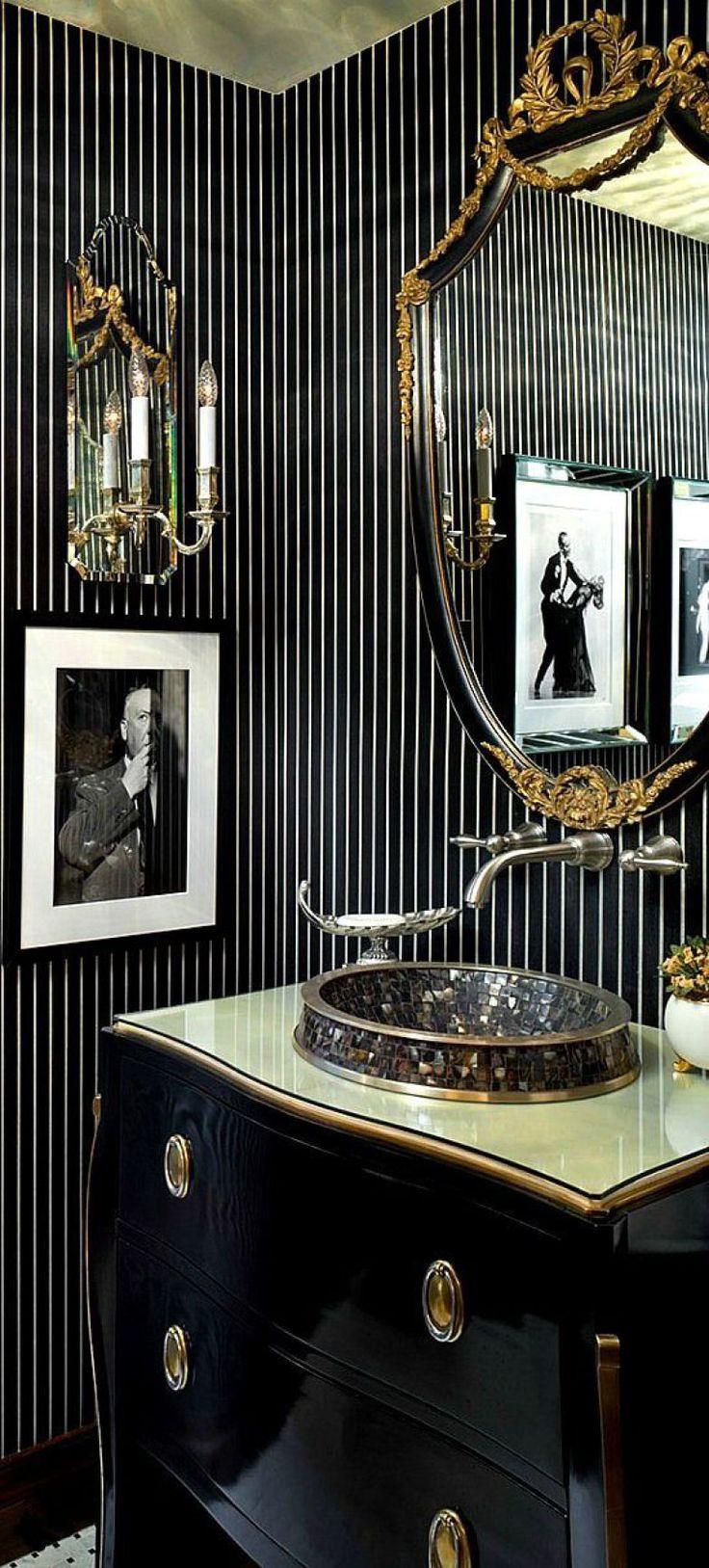Sofisticado, este lavabo apostou no preto, em todos os revestimentos, e no dourado. Puro glamour