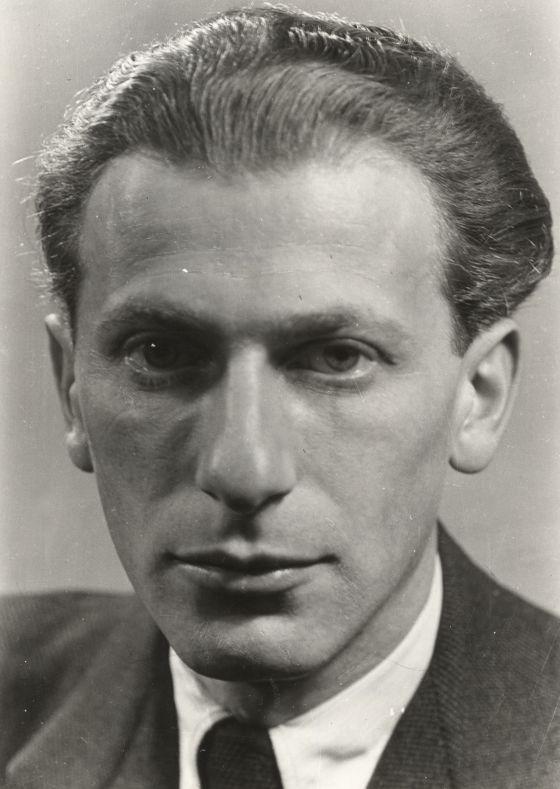 Radnóti Miklós (Eredeti neve: Glatter Miklós, névváltozatai: Radnói, Radnóczi, Radnóti) (Budapest, Lipótváros [ma Újlipótváros], 1909. május 5. – Abda, 1944. november 9.)