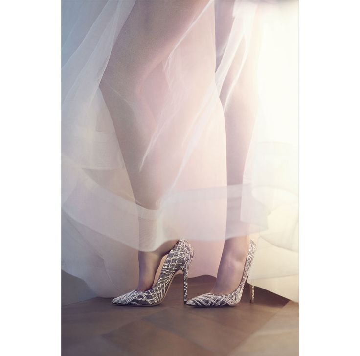 Des escarpins brodés de cristaux Swarovski, des minaudières or, des sandales habillées de plumes Cette année 2016, la maison britannique dévoile une…