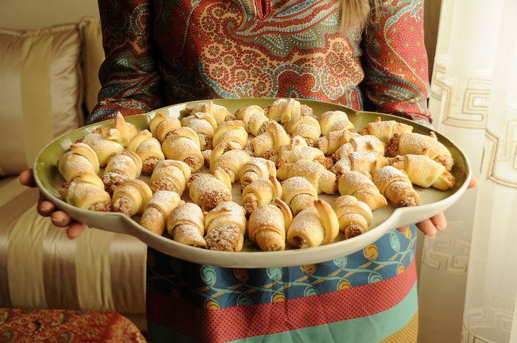 Отличный десерт из азербайджанской кухни. Тесто: Мука – 3 стакана Замороженное масло – 200 гр Яичный желток – 2 шт Сметана – 200 гр Щепотка соли Муку…