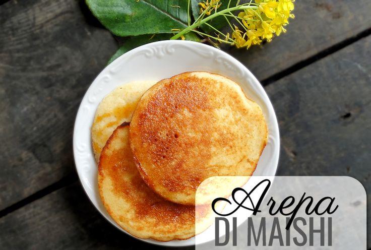 We gebruiken maïsmeel om funchi mee te maken…. als basis voor tutu… in venezolaanse arepa's… Arubaanse pan bati… maar één van de makkelijkste (en lekkerste!) recepten is toch wel deze authentieke arepa di maishi. We maken hierbij een simpel pannenkoekenbeslag van voorgekookt maïsmeel en bakken de kleine pannenkoekjes met drie tegelijk in een heel hete …