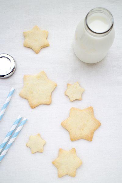 A Pesach, la Pasqua ebraica, sono vietati i prodotti lievitati che contengano farina: nascono così questi biscotti senza glutine, di sola farina di riso.
